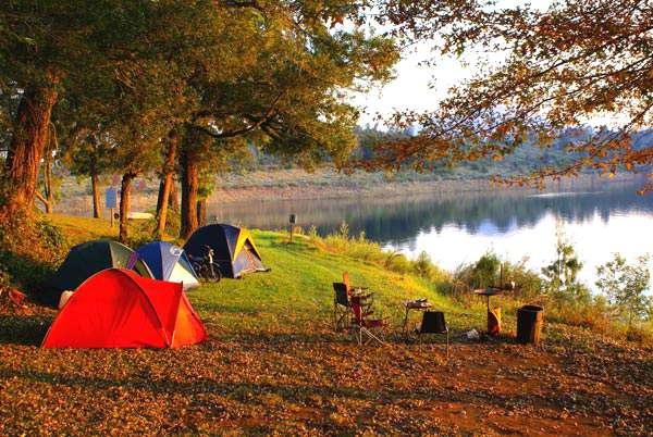 Cắm trại ở đây qua đêm cũng là một trải nghiệm thú vị mà bạn nên thử một lần