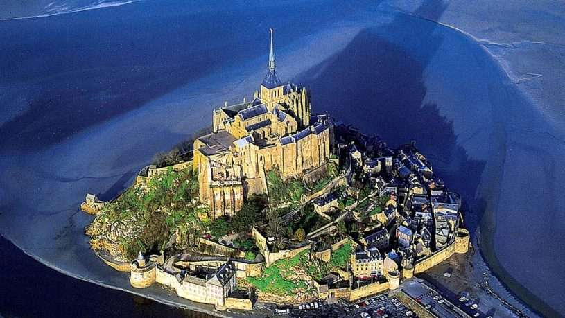 Trước đây phải chở thủy triều rút mới có thể ra đảo nhưng năm 1879, chính quyền đã cho xây 1 câu cầy bắc nối đất liền với đảo