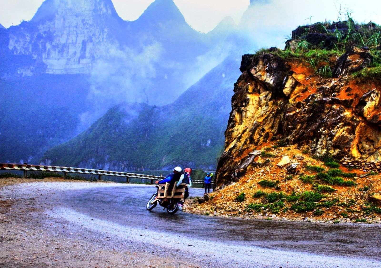 Đi xe máy ở cung đường núi dốc là trải nghiệm tuyệt vời trong hành trình ngắm hoa tam giác mạch