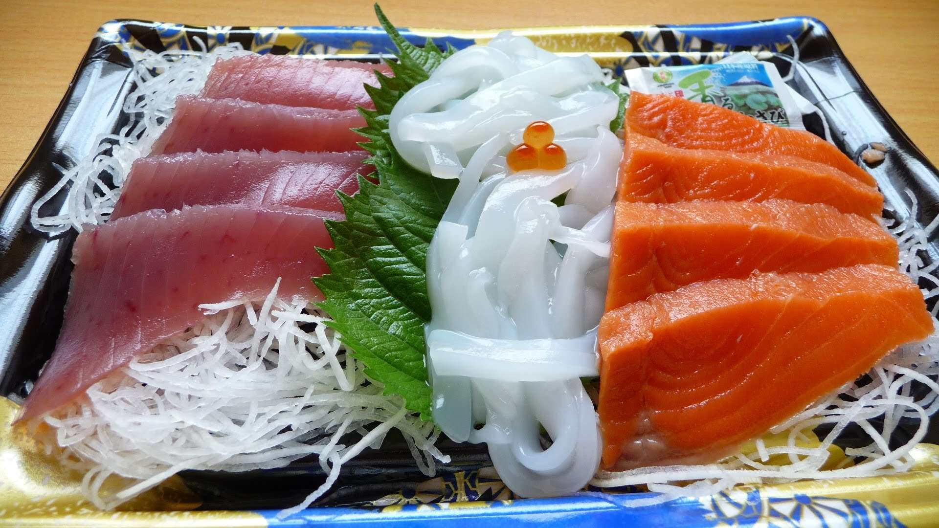 Sashimi được bày trí rất đẹp mắt với nhiều loại hải sản sống được thái thành những lát mỏng
