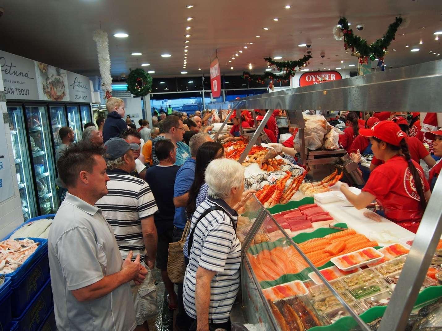 Không chỉ bán lẻ trực tiếp, các cửa hàng còn tham gia hệ thống bản sỉ kết nối mạng để tiêu thụ 50-55 tấn cá mỗi ngày
