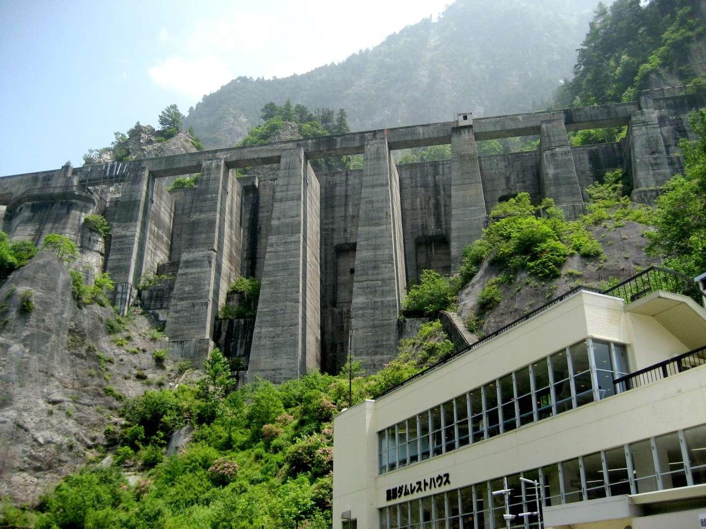Khung cảnh hùng vĩ tại đập thủy điện Kurobe Dam gây ấn tượng cho mọi du khách đến tham quan