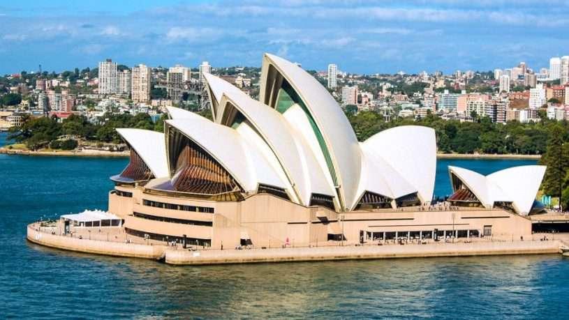Nhà hát Opera Sydney có ba mặt hướng ra biển