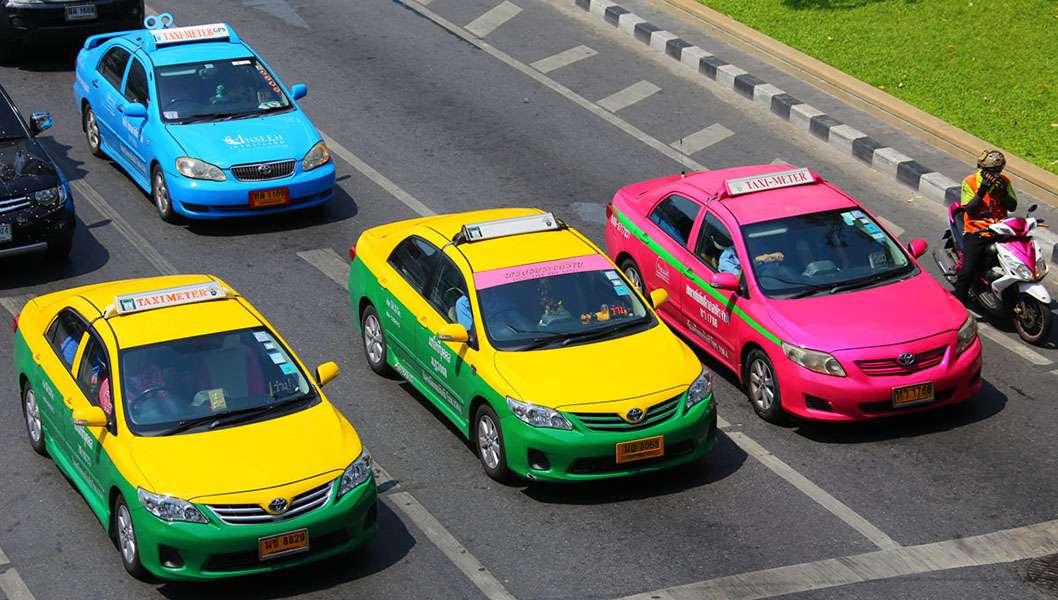 Các xe taxi ở Thái Lan rất bắt mắt. Bạn đừng quên chú ý giá cả và đồng hồ đo ngay khi lên xe nhé.