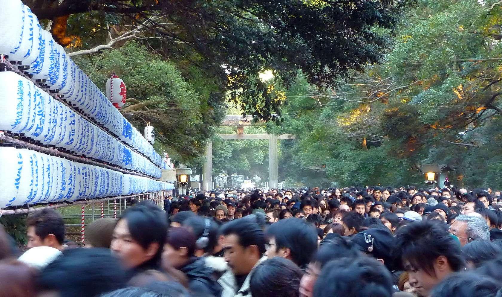 Giống như người Việt Nam đi chùa vào ngày tết, người Nhật cũng đến đền thờ cầu an lành