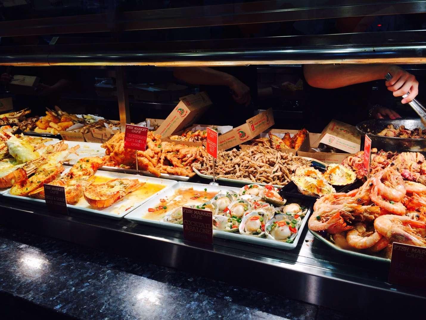 Qua quầy bán hải sản đã chế biến, bạn sẽ không thể nào cưỡng lại được sức hút của các món ăn ngon dọc lối đi