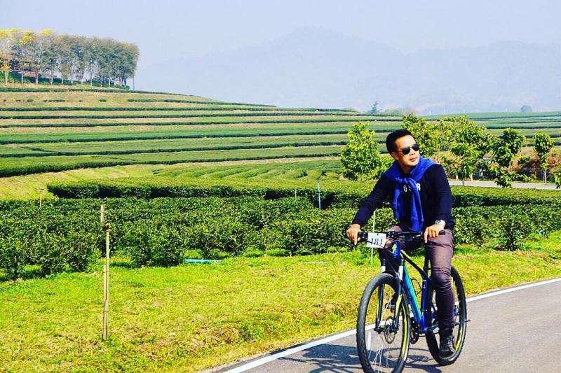 Du khách thích thú khi đạp xe dạo quanh công viên