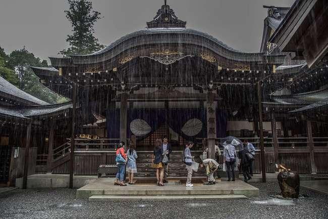 Mùa hè ở Nhật Bản thường bắt đầu từ tháng 6 đến tháng 8, thời tiết thường nóng ẩm và mưa nhiều