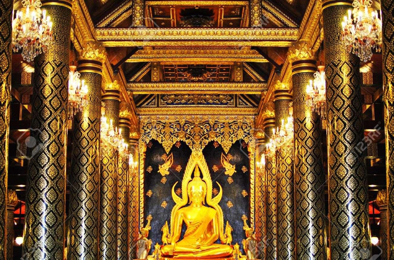 Không chỉ ở chùa Vàng mà tại mọi ngôi chùa khác, bạn đều phải có hành vi và trang phục thật lịch sự.