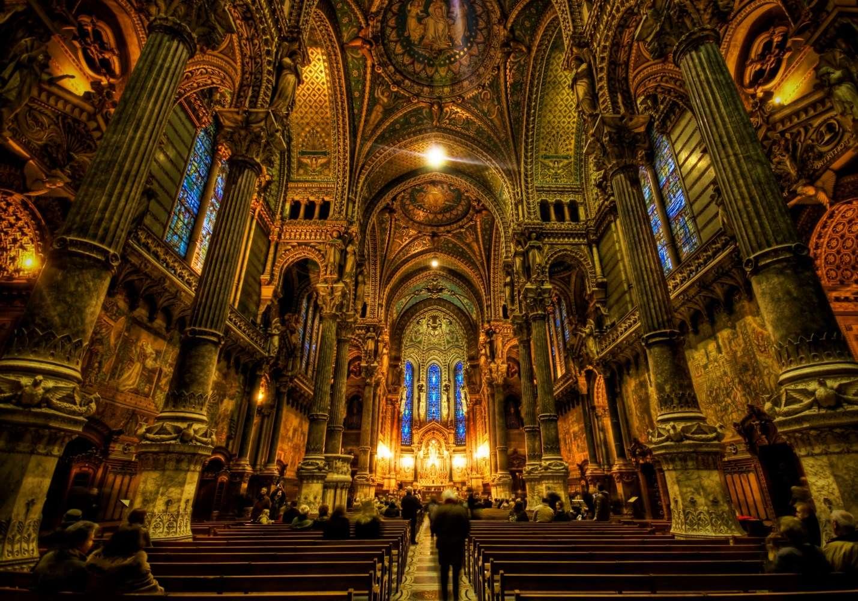 Kiến trúc Gothic hoàn hảo bên trong nhà thờ