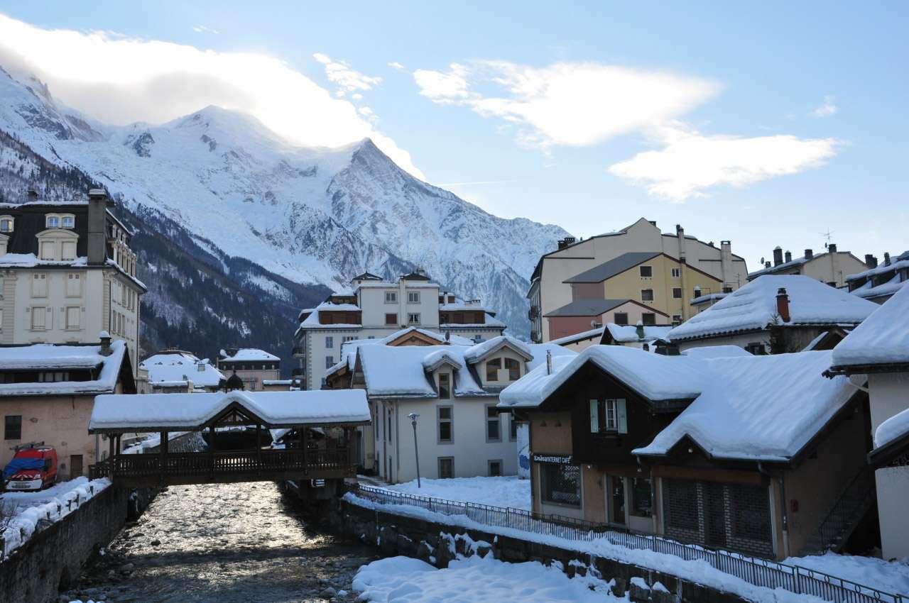 Ngôi làng nhỏ ven đỉnh núi tuyết như trong truyện thần thoại hiện ra trước mắt