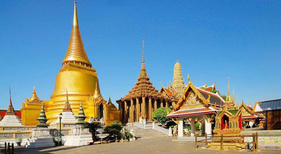 Các toà tháp trong quẩn thể kiến trúc nơi đây đều tiêu biểu cho lối kiến trúc tháp mang bản sắc Thái Lan với mái cong, đỉnh nhọn hoành tráng.