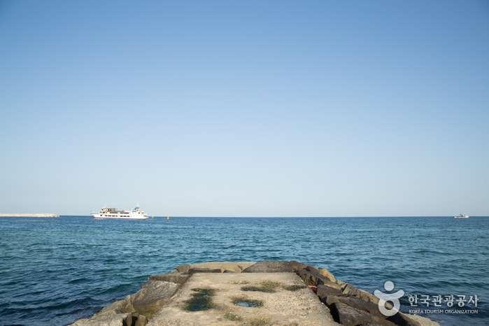 Con đường đá giữa bãi biển Jumunjin