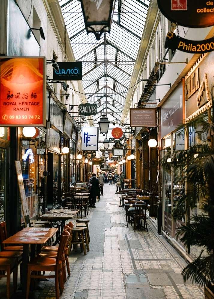 """Những nhà hàng cà phê, cửa hiệu đậm chất Paris biến những """"lối đi"""" nhỏ bình thường trước đây trở thành những """"đường hầm nghệ thuật"""""""