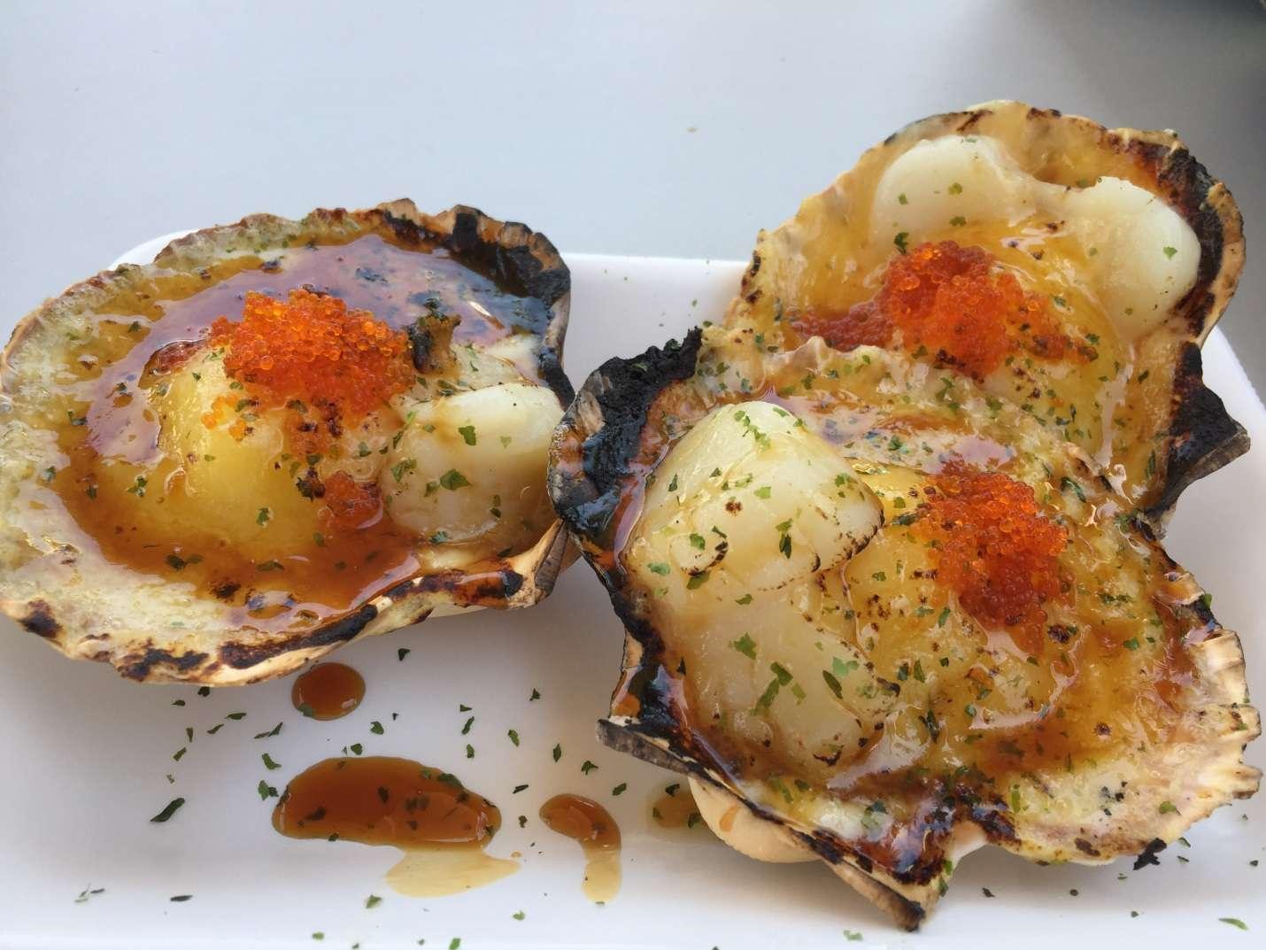 Hàu nướng là món ăn không thể bỏ qua khi đến chợ hải sản