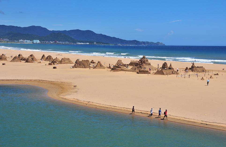 Bãi biển Fulong với bãi cát trải dài trắng xóa
