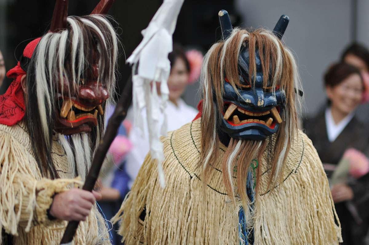 Du khách tham gia lễ hội cũng có thể hóa trang thành oni để đi chúc phúc