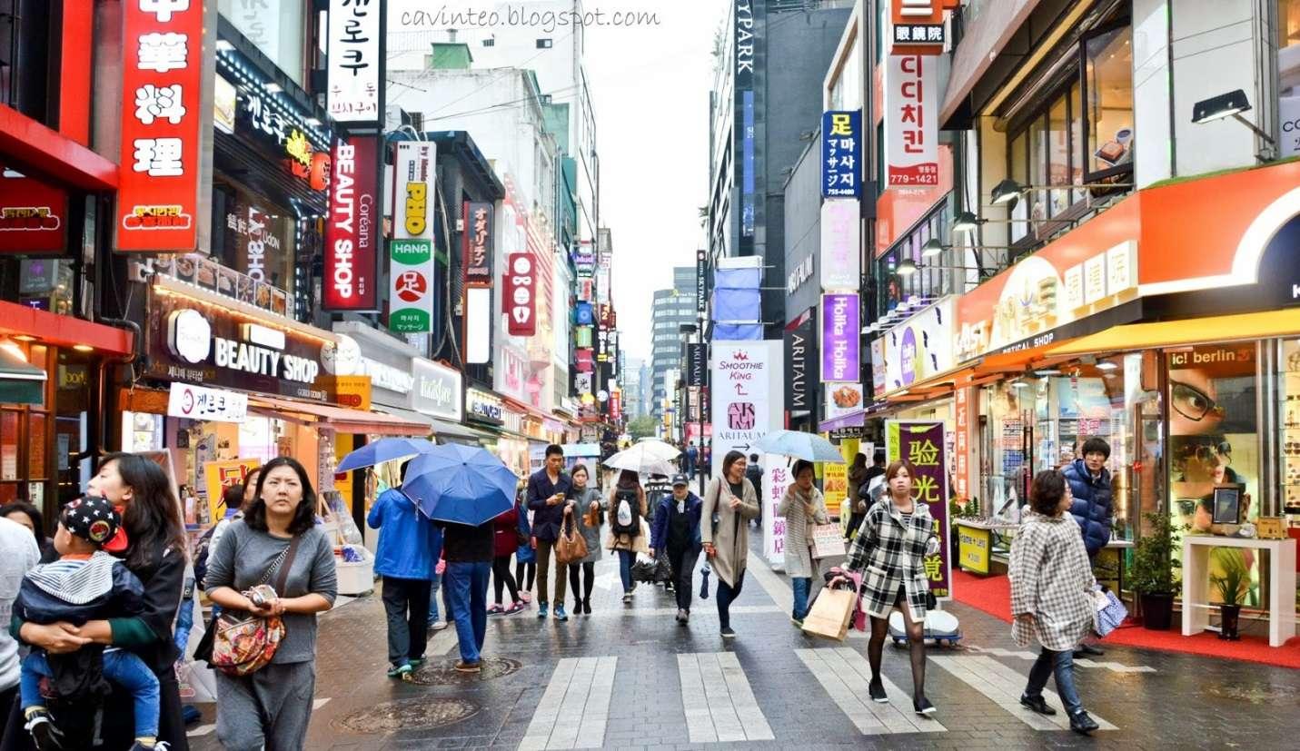 Khu phố luôn tấp nập các cửa hàng thời trang, mĩ phẩm chất lượng dẫn đầu xu hướng tại Hàn Quốc