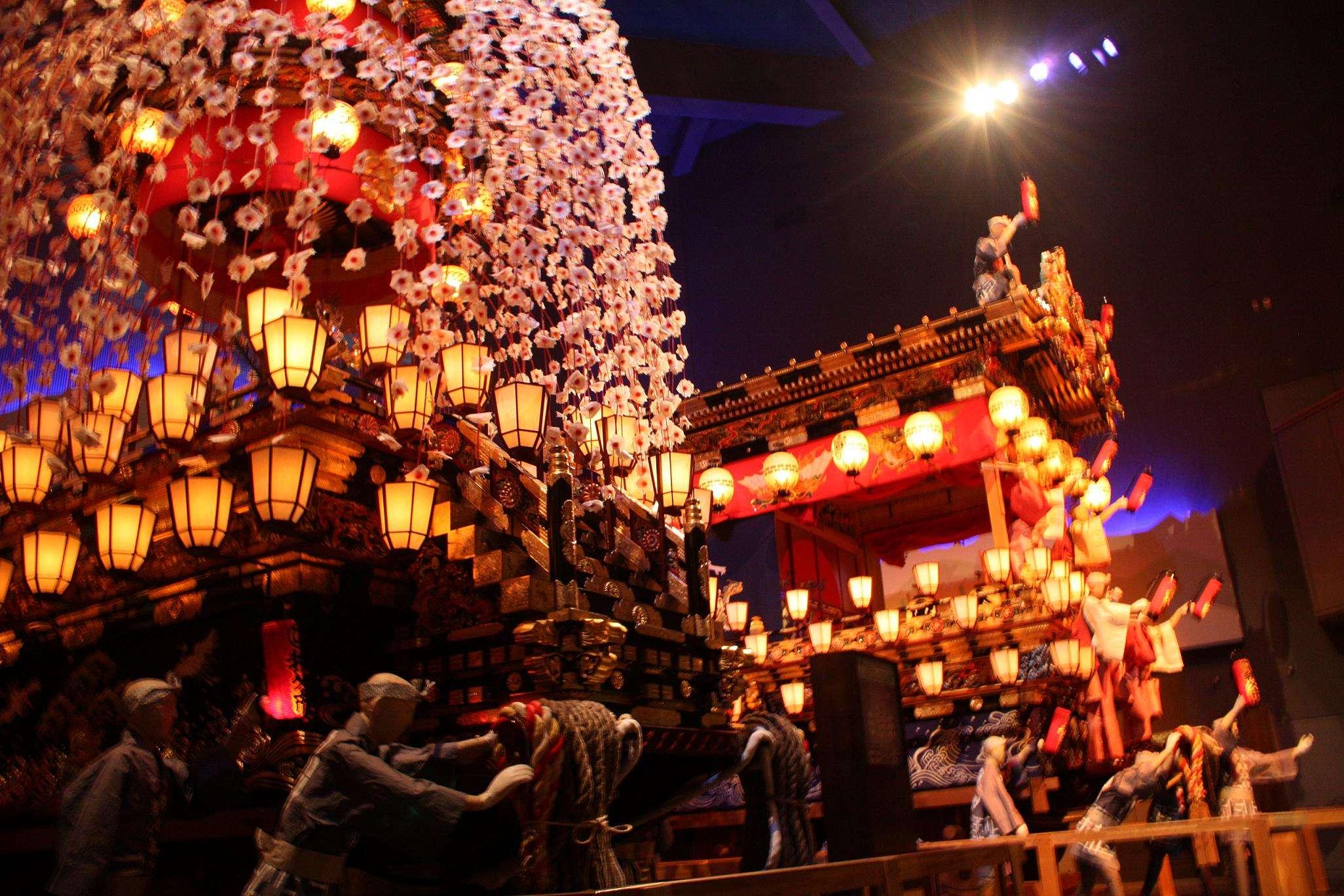 Lễ hội là sự hòa quyện của không gian đèn lồng rực rỡ đẹp đến nín thở và không khí lễ hội rất sôi động
